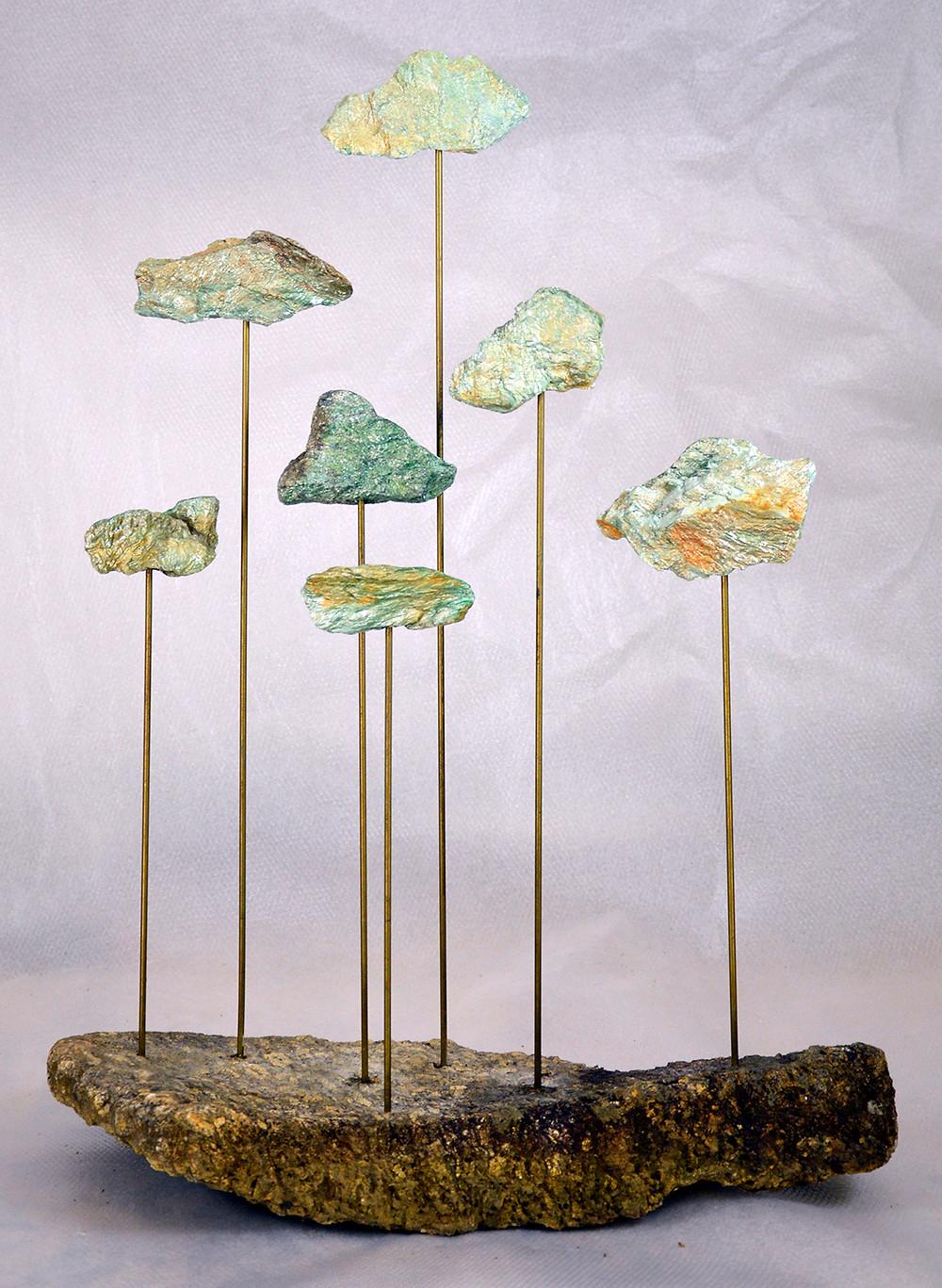 foto da obra de arte do artista Ribahi. Obra em pedras e vergalhões.