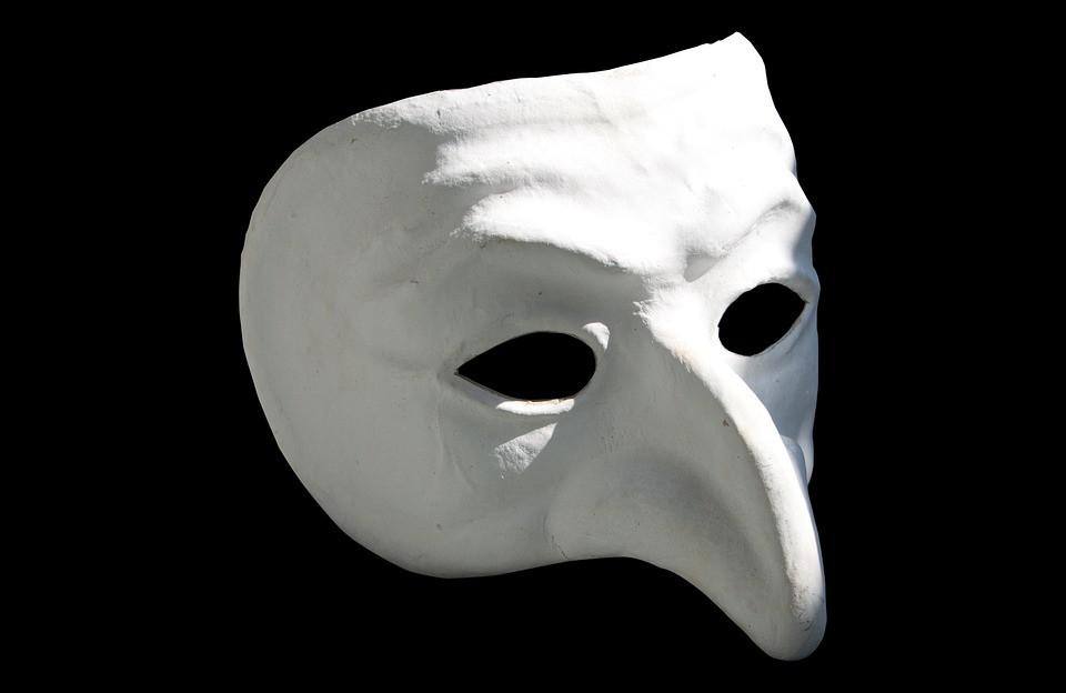 máscara da commedia Dell'Arte. máscara branca em fundo preto.