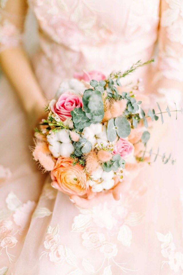 Нежно розовый букет с хлопком , розами и ранункулюсами