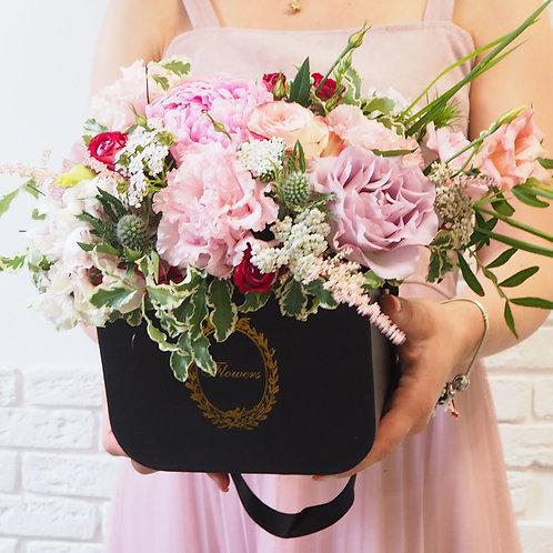 черная коробочка с цветами розой эустомой гортензией