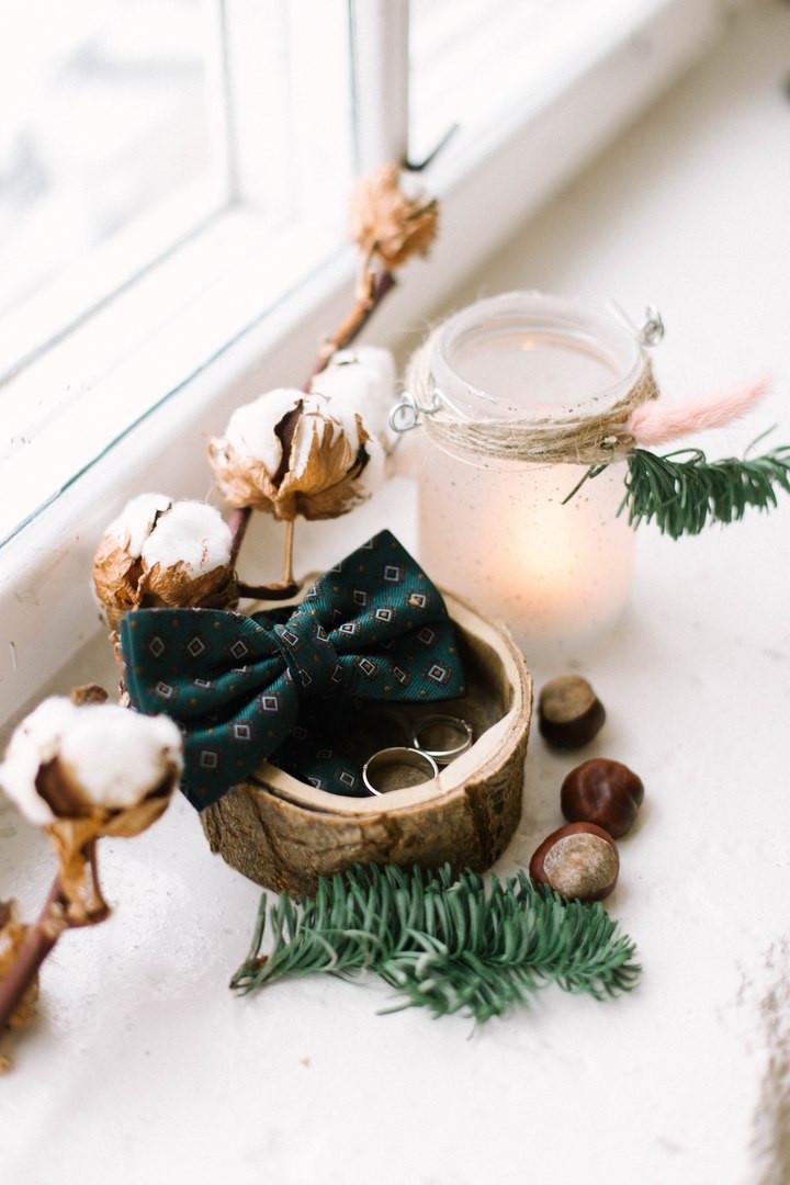 Хлопок свечи в баночке и еловые ветки в оформлении свадьбы
