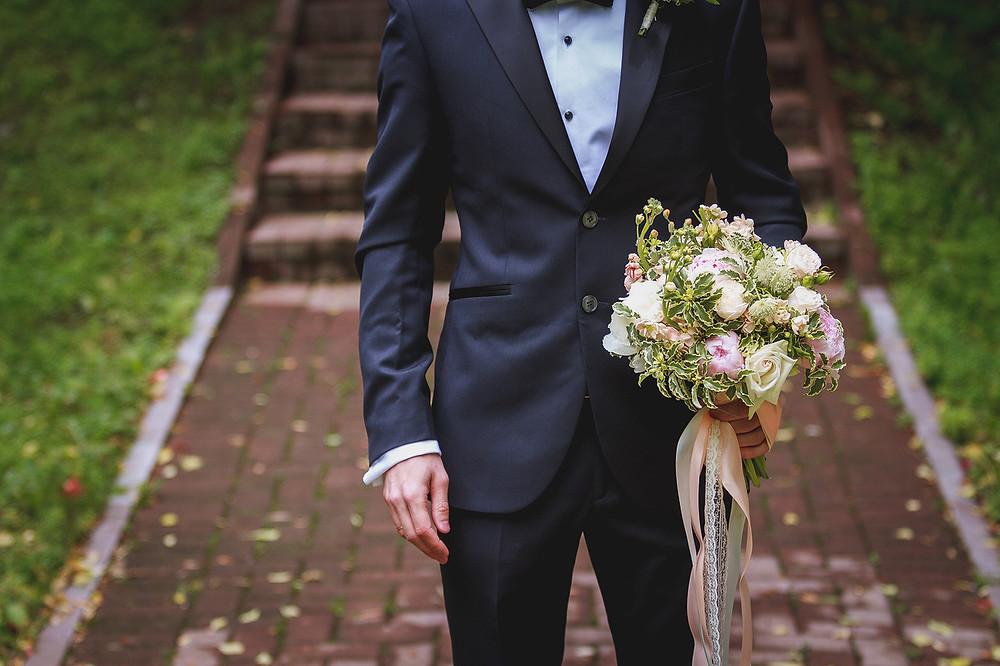 нежный букет невесты с пионами и лентами