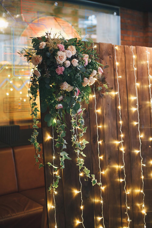 Деревянная ширма с ретро гирляндами и цветами