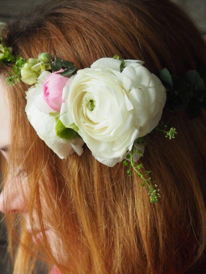 Венок на голову из живых цветов ранункулюса на свадьбу невесты