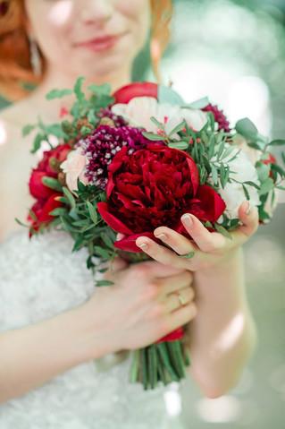 Букет в цвете марсала с пионами