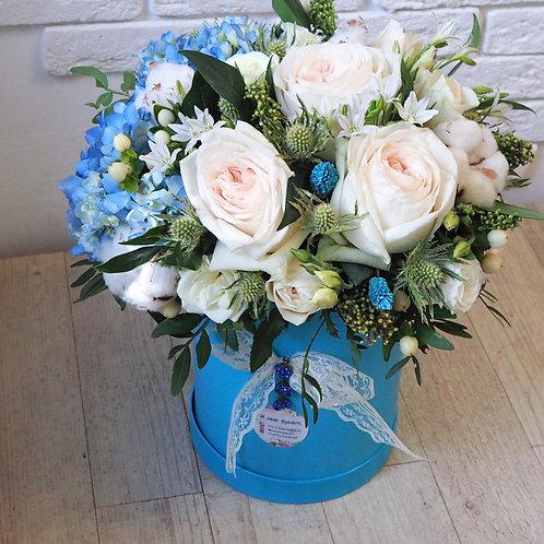 Шляпная голубая коробка с цветами