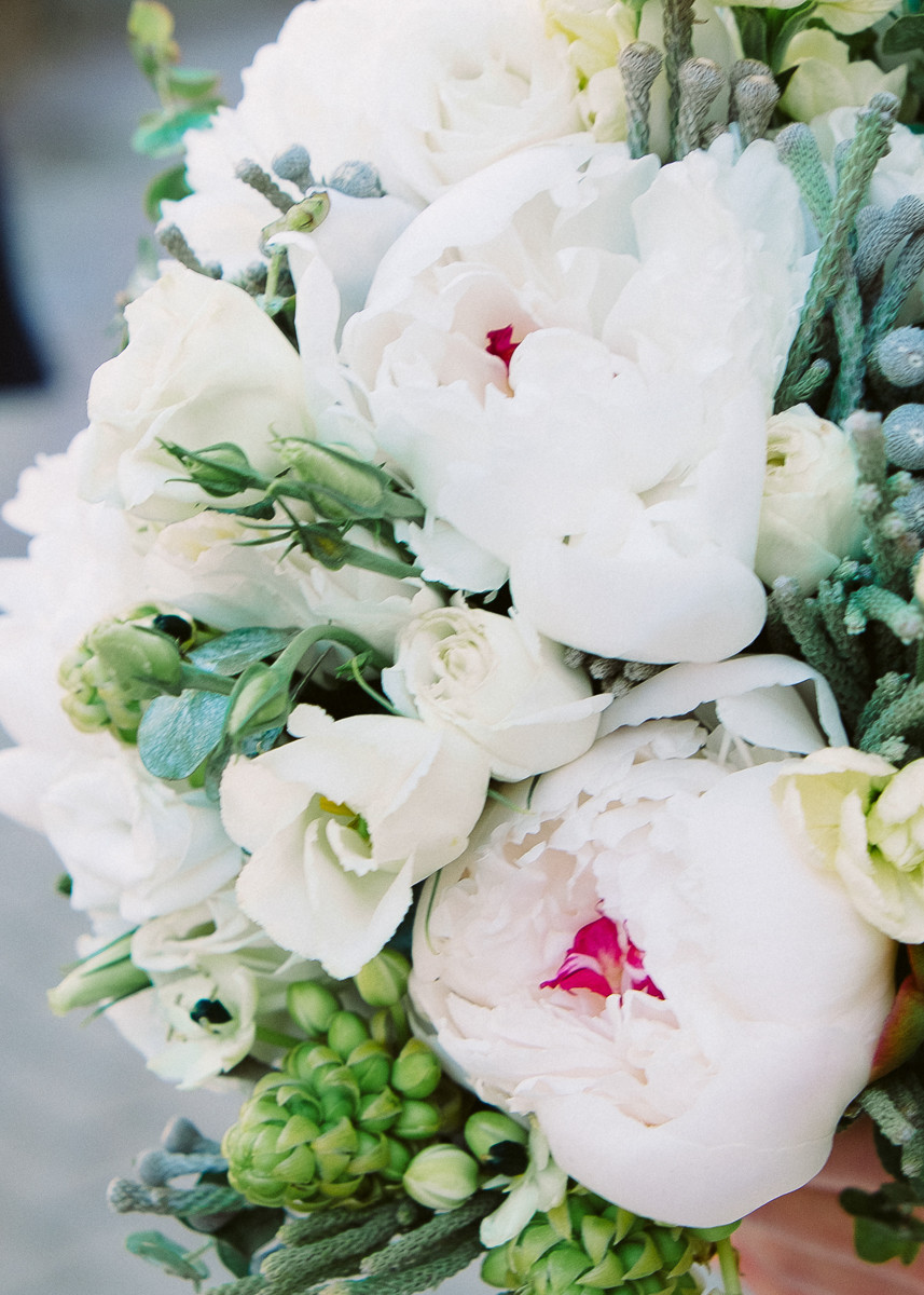 Белые пионы и серая бруния в свадебном букете