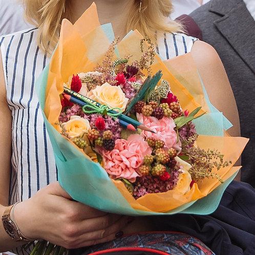 Яркий букет учителю на 1 сентября с сезонными цветами и цветными карандашами