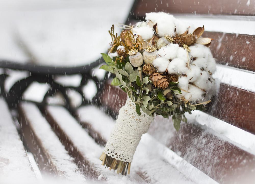 Зимний букет невесты в декабре с хлопком и шишками