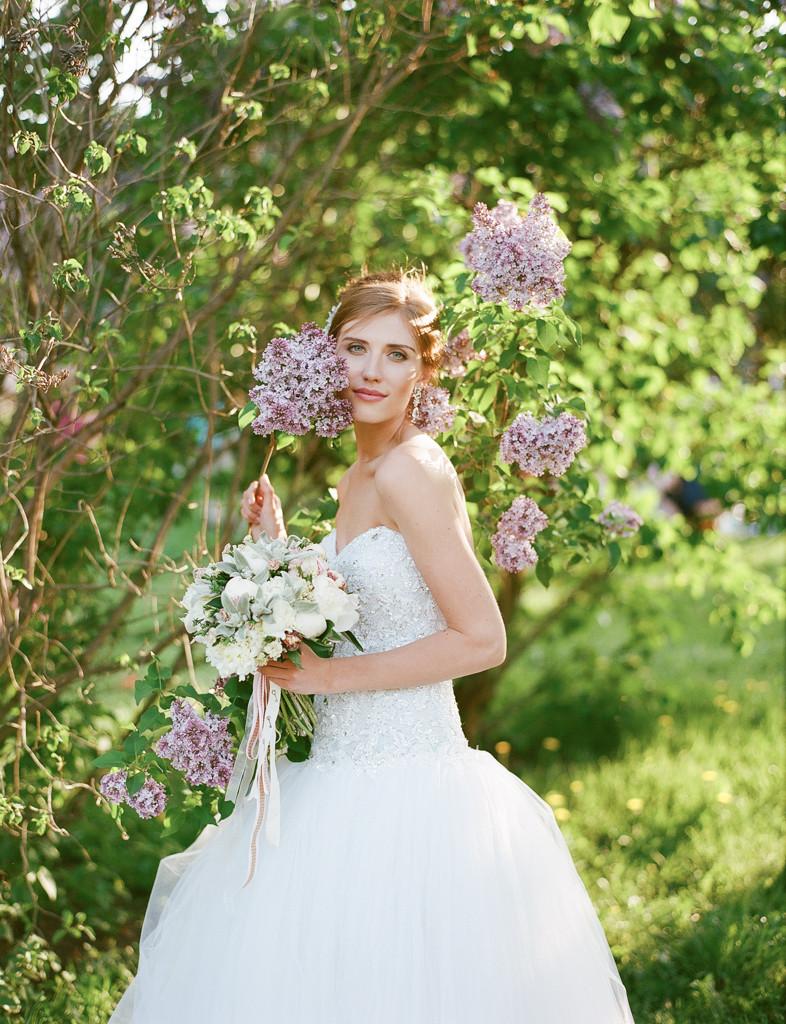Свадебная фотосъемка в саду. Весенний букет невесты из пионов. Ваш Флорист. Букет из белых пионов