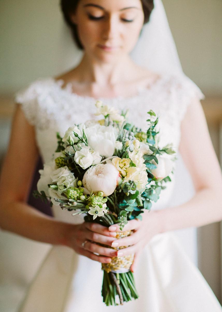 Белый букет невесты с пионами