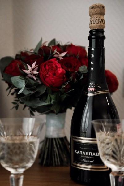 Букет на свадьбу из красных пионовидные роз