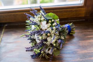 Букет невесты с хлопком и синими цветами