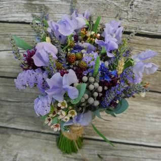 Летний букет невесты со свежей лавандой и ягодками