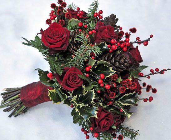 Зимний букет невесты с розами и шишками