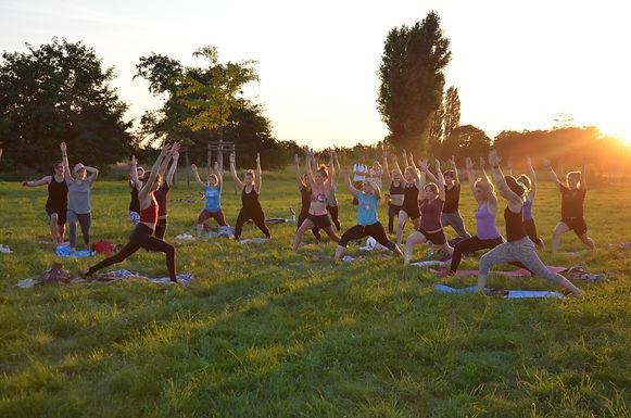tempelhofer feld, outdoor yoga im grünen,
