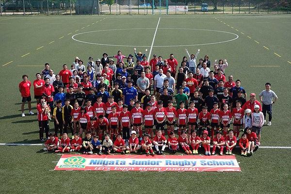 新潟市ジュニアラグビースクールの生徒、コーチ、保護者の集合写真