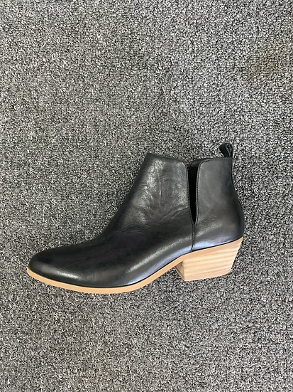 Black side split boot