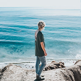 vrouw sola zee rots vierkant.jpg