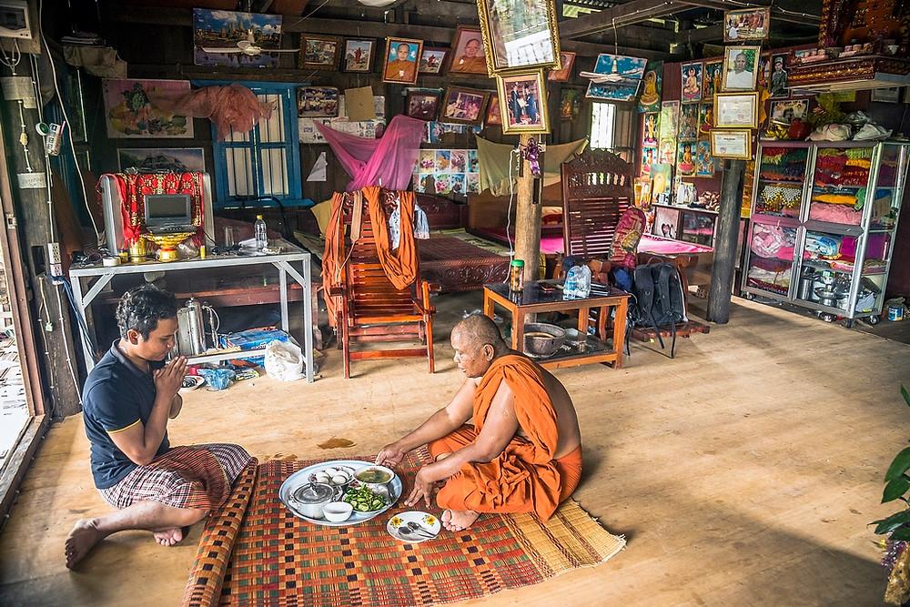 Ce neveu prie avec son oncle bouddhiste en lui offrent repas. (Sylvain Freulon©)