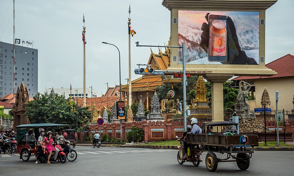 Le contraste modernisme et tradition est parfois saisissant à Phnom Penh (Sylvain Freulon©)