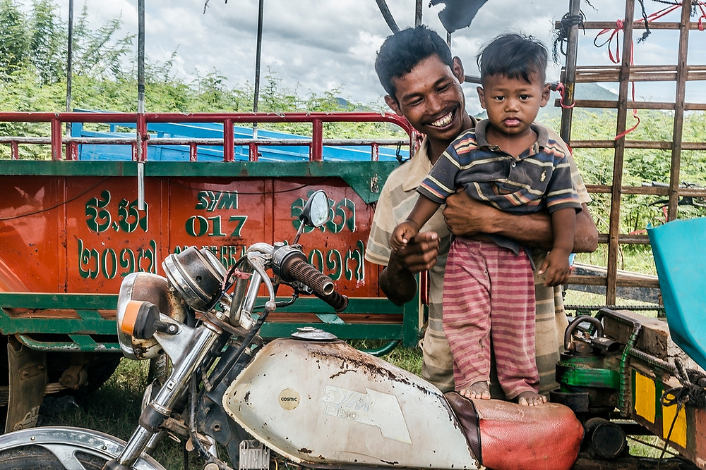 Un père transporteur en Motorbike fière de prendre la pose avec son fils (Sylvain Freulon©)