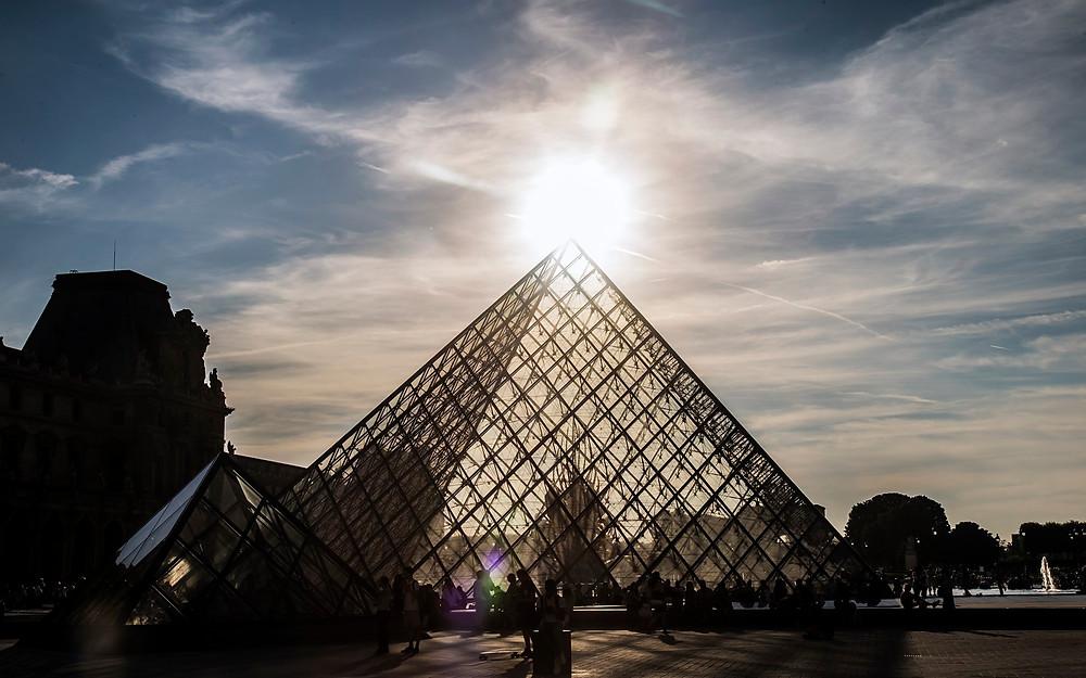 Coucher de soleil sur la pyramide du Louvre