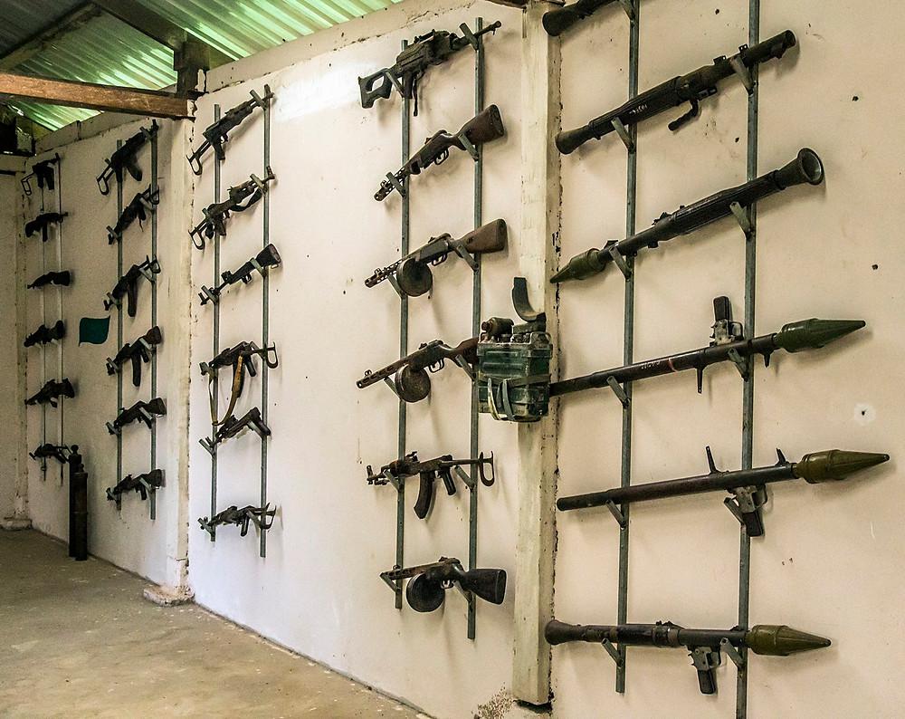 Quelques tristes vestiges des nombreuses guerres qu'on connu le pays exposé dans un petit musée de Siem reap (Sylvain Freulon©)