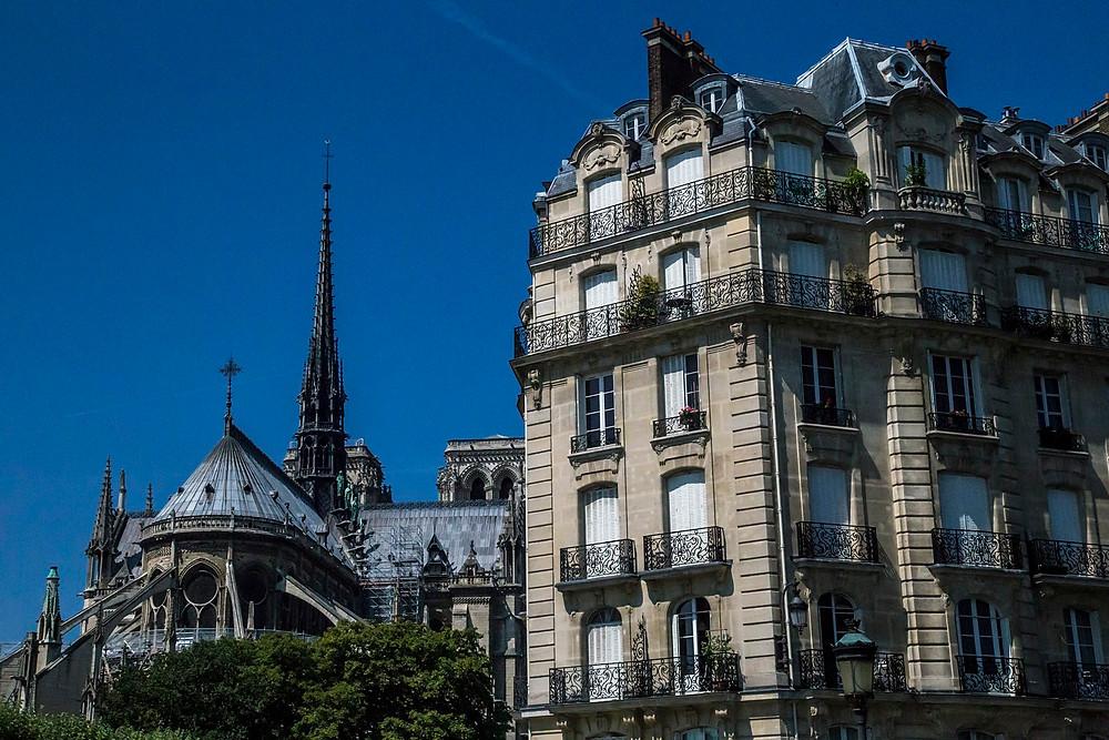 Un bâtiment voisin à la cathédrale Notre-Dame très représentatif de l'ensemble de l'architecture Parisienne