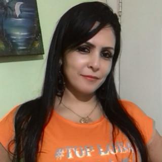 Nossa modelo Nádia Hammoud fez seu click usando nossa t-shirt laranja, um charme!