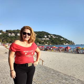 Nossa modelo Nifér Gonçalves fez seu click na Praia da Enseada, Guarujá, com sua T-shirt vermelha!