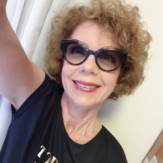 Nossa colunista de Moda e Estilo, Verônica Scavone, fez seu click na elegância com um maravilhoso óculos escuro.
