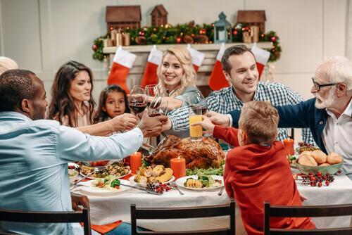 família-brindando-no-jantar.jpg