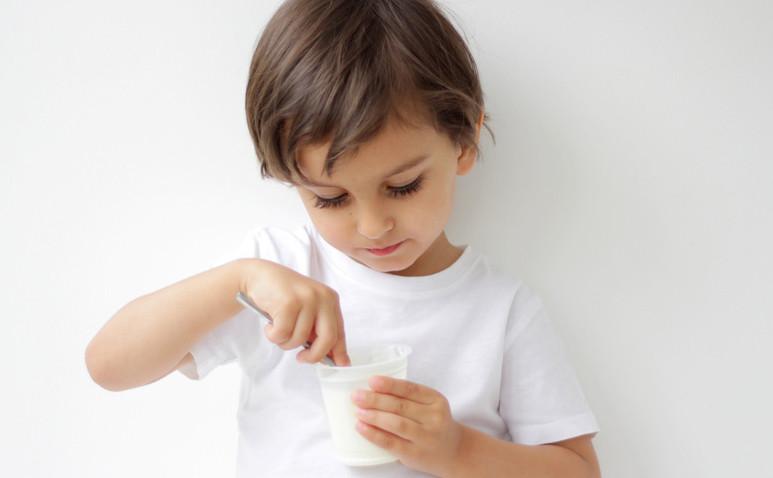 Многие мамы, вернувшись с отдыха, озабочены тем, чтобы успеть обновить гардероб малыша. За лето детишки заметно вытянулись и повзрослели. Однако беспокоясь об одежде, мамы часто забывают о том, что быстрый рост — это не только внешние, но и внутренние изменения. Растущий организм ребенка нуждается в еще большем количестве кальция, который является основным строительным материалом для костей скелета.