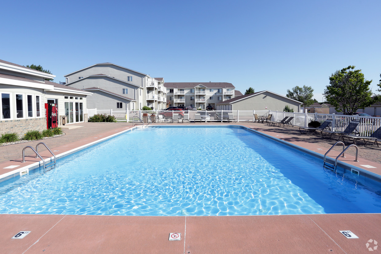 lyncrest-manor-apartment-homes-sioux-falls-sd-pool