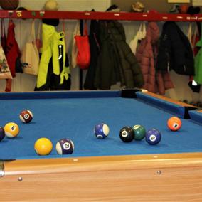 Billardspielen in der Halle