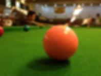 Beim Snooker muss man immer zuerst eine rote Kugel versenken. Anschliessend darf man eine farbige Kugel lochen.