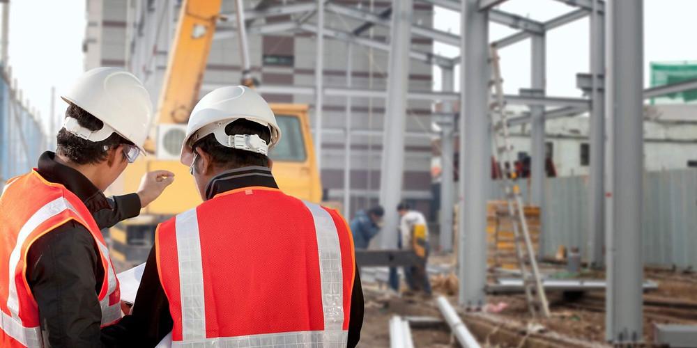 operarios de construção discutindo inovações tecnologicas e apontamento eletronico na obra