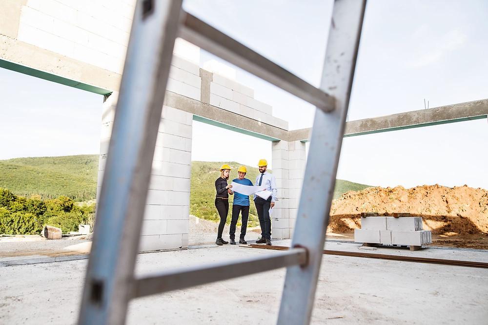 equipe na construção trabalhando dificuldades apresentadas em projeto da obra