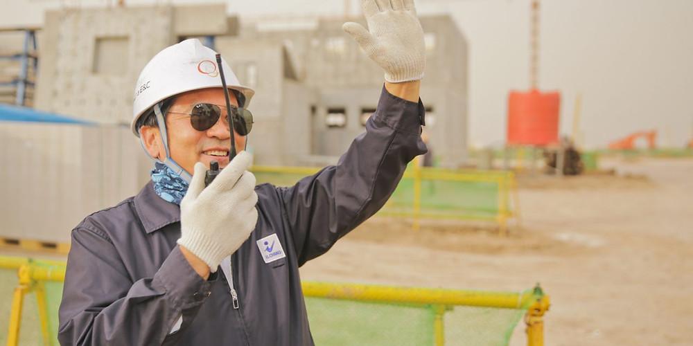 operador na construção, com radio e acenando na obra