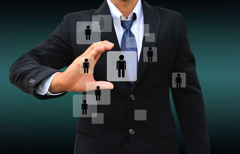executivo terno preto conectando pessoas através de mobilidade em quadrados brancos