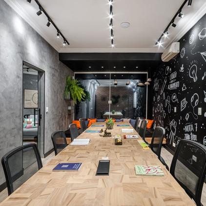 Área de trabalho com parede com adesivos