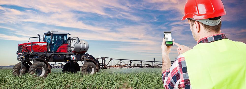 tecnico apontando equipamento no campo com sistema da Simova. trator irrigando plantação