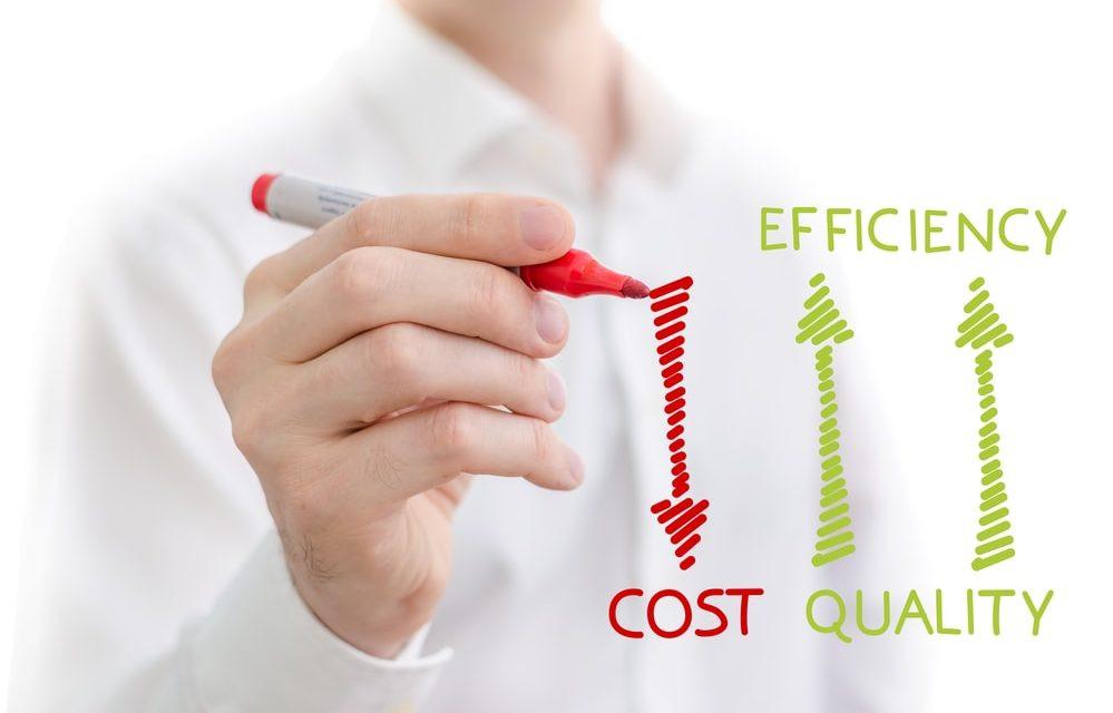 custo vs eficiência de apontamento eletrônico. homem camisa branca com caneta vermelha