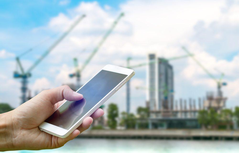 Apontamento eletrônico na construção civil, com smartphone