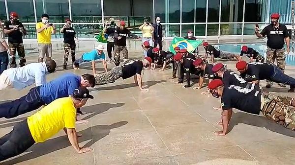 200518111932-bolsonaro-push-ups-grab-exl