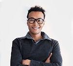 Lächelnder Mann mit Brille