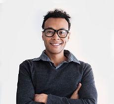 Sourire homme avec des lunettes