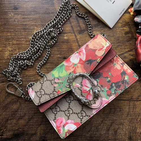 d79ad457453 This stunning shoulder bag is finely crafted from Gucci GG supreme monogram  canvas with a floral print overlay. This bag features an aged silver chain  ...