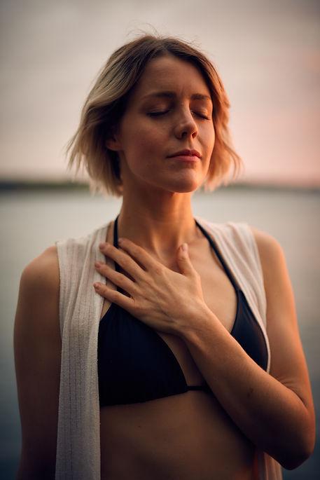 Femme avec la main sur le coeur, Darius Bashar on Unsplash